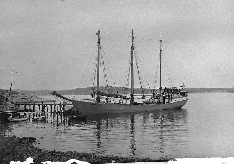Fraktfartyget SILVA vid bryggan i Fiskevik