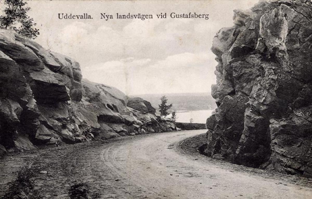 """Tryckt på kortet: """"Uddevalla. Nya landsvägen vid Gustafsberg."""""""