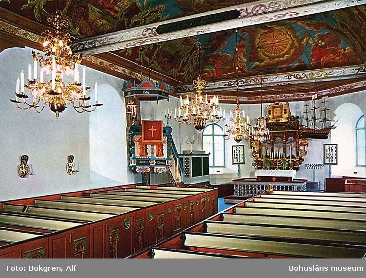 """Tryckt text på bildens baksida: """"Kareby kyrka, Bohuslän."""" """"Foto: Alf Bokgren""""."""