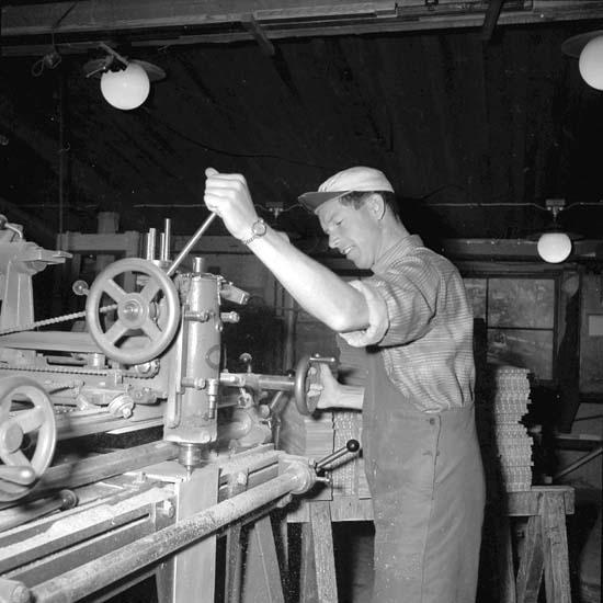 Gamla möbelverkstaden. Vid zinkmaskinen Georg Josefsson.