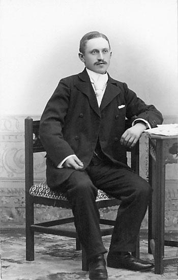 """Stämpel på framsidan: """"Falk, Karlshamn, Filial: Hoby."""" Inpräglar på fotot: """"1904."""""""