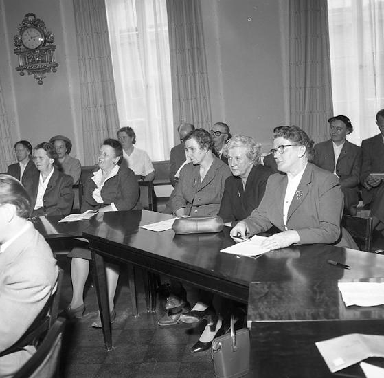 """Enligt notering: """"Socialvårdssammanträde Rådhuset sessionssal 13/5 -57""""."""
