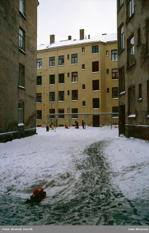 bygårder, gårdsinteriør, barn, lek, snø