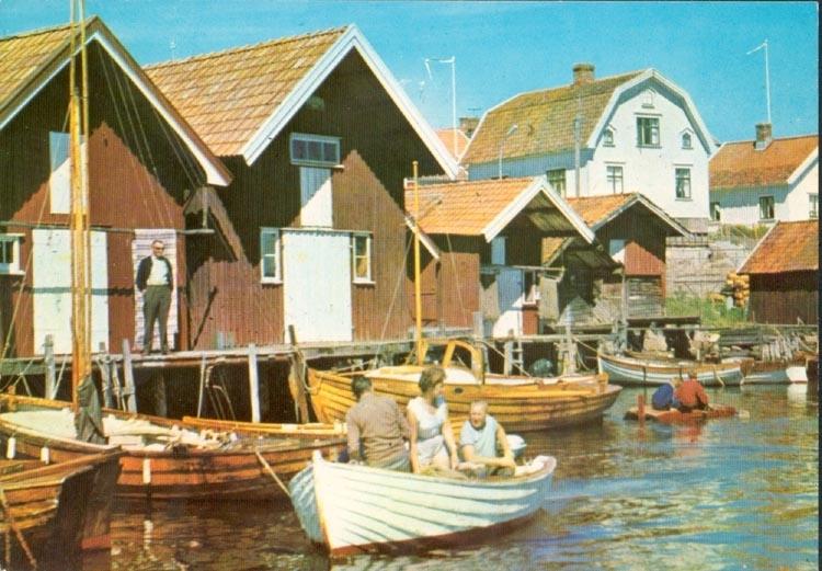 """Tryckt text på kortet: """"Bohuslänskt fiskeläge"""". Noterar på kortet: """"FISKETÅNGEN""""."""