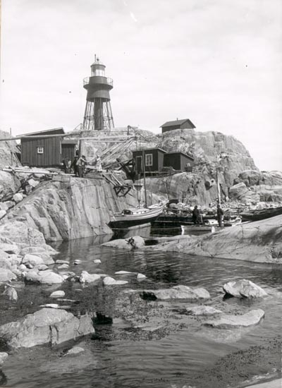 """Noterat på kortet: """"VÄDERÖBOD KVILLE"""". """"FOTO (EE81) DAN SAMUELSON 1924. KÖPT AV DENS. DEC. 1958""""."""