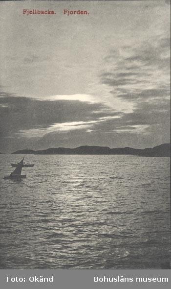 """Tryckt text på kortet: """"Fjällbacka. Fjorden"""".               ::"""