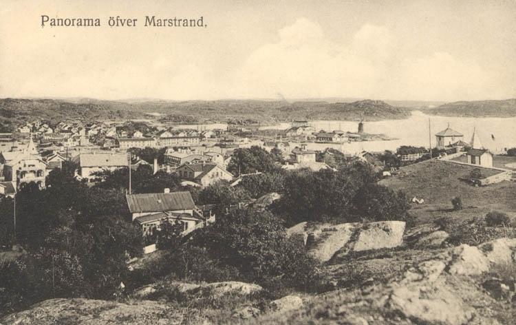 """Tryckt text på kortet: """"Panorama öfver Marstrand."""" """"Axel Björk, Göteborg & Marstrand."""""""