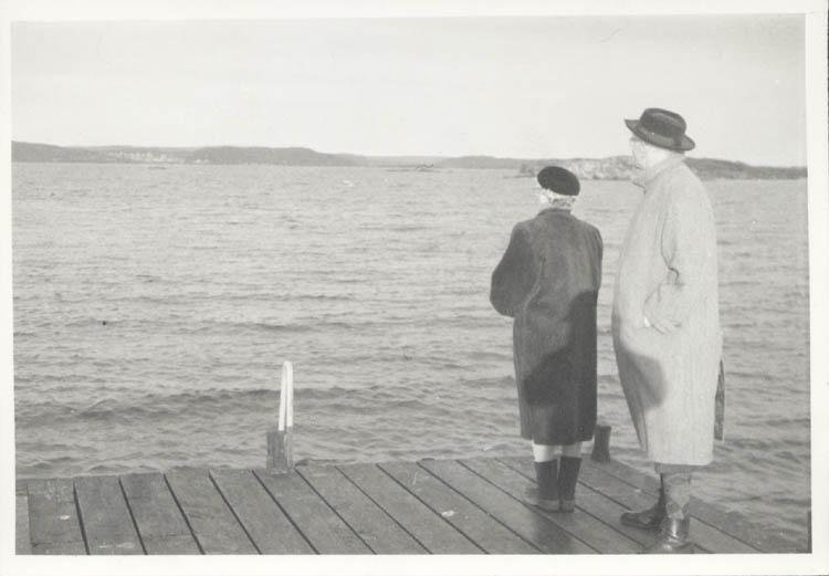 """Noterat på kortet: """"Backudden. Koö. Mor och far Juldagen 1961."""""""
