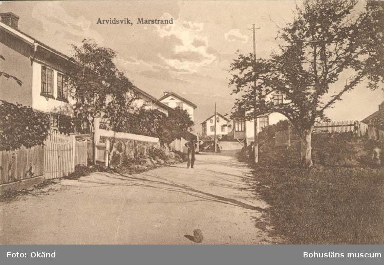"""Tryckt text på kortet: """"Marstrand. Arvidsvik."""" """"Förlag: Axel Hellman, Marstrand."""""""