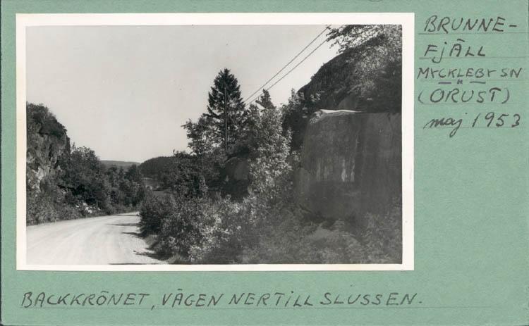"""Noterat på kortet: """"Brunnefjäll Myckleby Orust Maj 1953."""" """"Backkrönet, vägen ner till Slussen."""""""