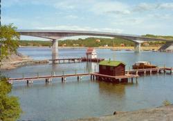 """Tryckt text på kortet: """"Stenungsundsbron."""" Noterat på korte"""