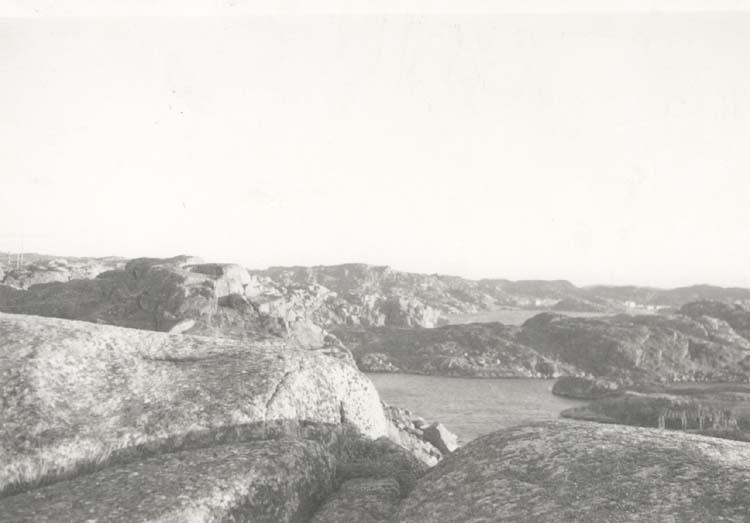 """Noterat på kortet: """"Bleket."""" """"Från berget ovanför färjeläget, mot Rönnäng."""" """"6.1.1962."""""""