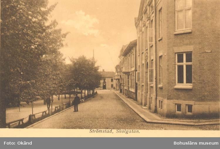 """Tryckt text på kortet: """"Strömstad, Skolgatan.""""  ::"""