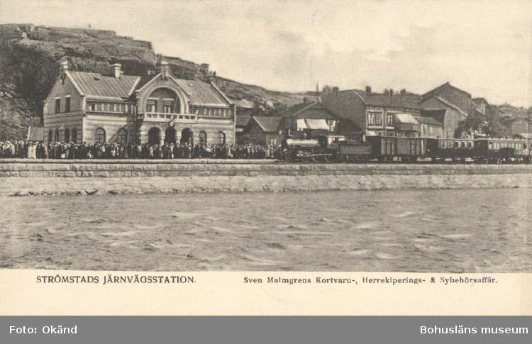 """Vykort. """"Strömstad. Järnvägsstationen."""" """"Sven Malmgrens Kortvaru- Herrekiperings- & Sybehörsaffär."""""""