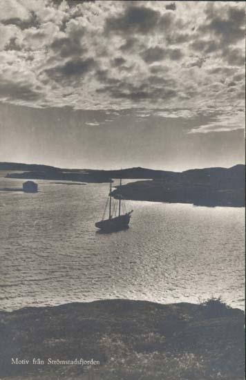 """Tryckt text på kortet: """"Motiv från Strömstadsfjorden."""" ::"""