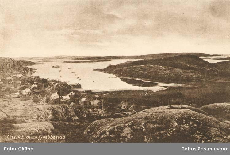 """Tryckt text på kortet: """"Grebbestad. Utsikt över Grebbestad."""" """"Förlag: Bokhandeln, Grebbestad."""""""