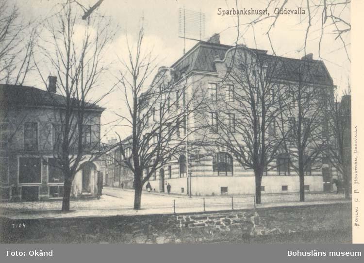 "Tryckt text på kortet: "" Sparbankshuset, Uddevalla.""  ::"