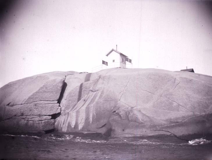 """Enligt text som medföljde bilden: """"Lysekil, Stångehufud. Fyren från sjön. 3/8 1899""""."""