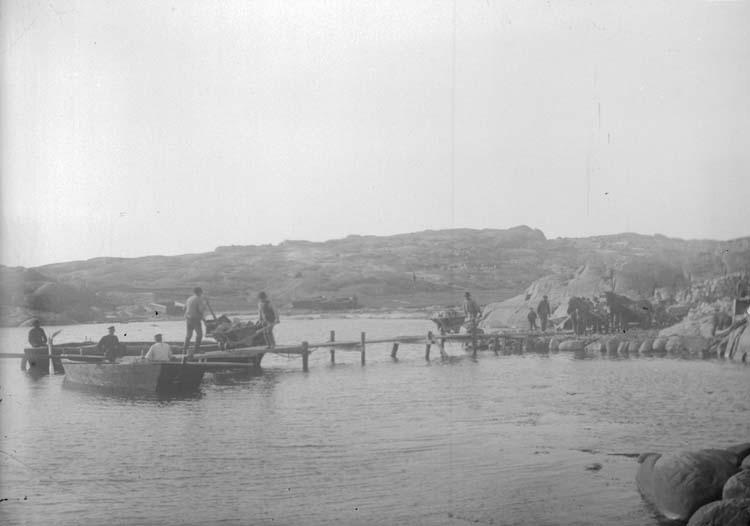 """Enligt text som medföljde bilden. """"Lysekil. Stenlastning i Pinnevik 26/3 1902."""""""