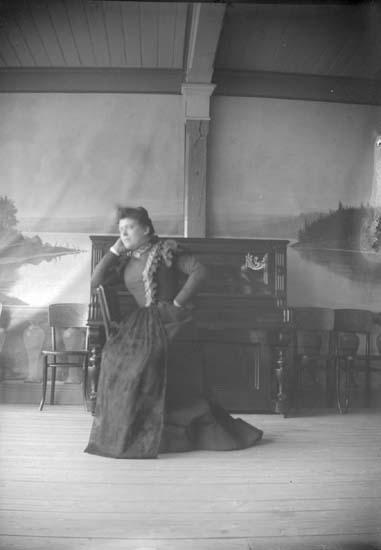"""Enligt text som medföljde bilden: """"Lysekil. På Lindbergs veranda. 1898""""."""
