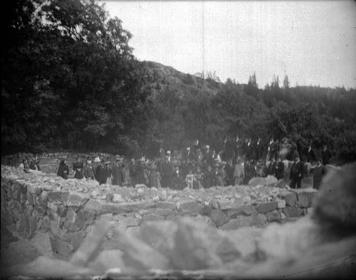 "Enligt text som medföljde bilden: ""Dragsmark. Grupp i ruinerna (dåligt) 1897."""