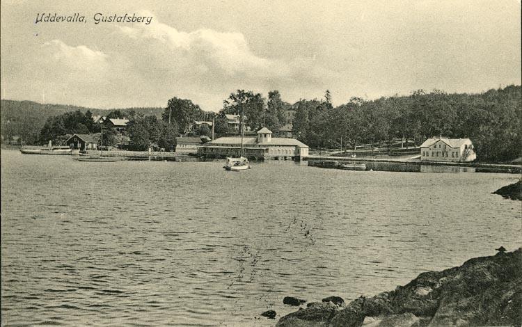 """Tryckt text på vykortets framsida: """"Uddevalla Gustafsberg."""" ::"""