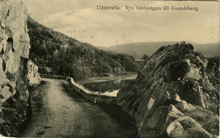 """Tryckt text på vykortets framsida: """"Uddevalla, Nya landsvägen till Gustafsberg."""""""