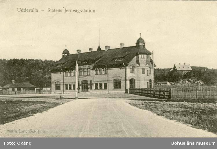 """Tryckt text på vykortets framsida: """"Uddevalla - Statens Järnvägsstation."""""""