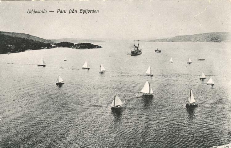 """Tryckt text på vykortets framsida: """"Uddevalla - Parti från Byfjorden."""""""