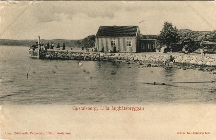 """Tryckt text på vykortets framsida: """"Gustafsberg, Lilla ångbåtsbryggan."""""""