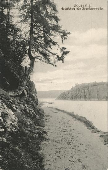 """Tryckt text på vykortets framsida: """"Uddevalla. Gustafsberg från Strandpromenaden."""""""