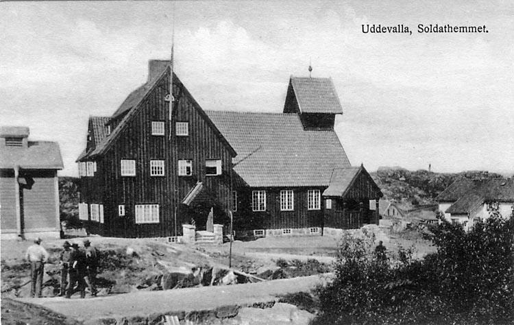 "Tryckt text på vykortets framsida: ""Uddevalla, Soldathemmet.""  ::"