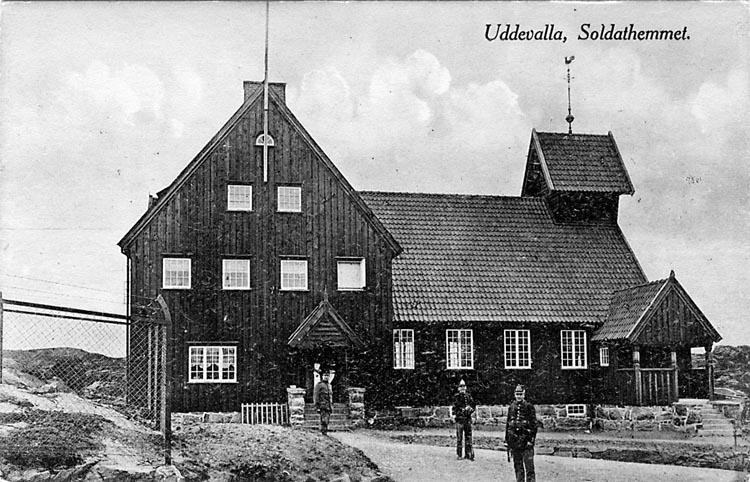 "Tryckt text på vykortets framsida: ""Uddevalla, Soldathemmet."""