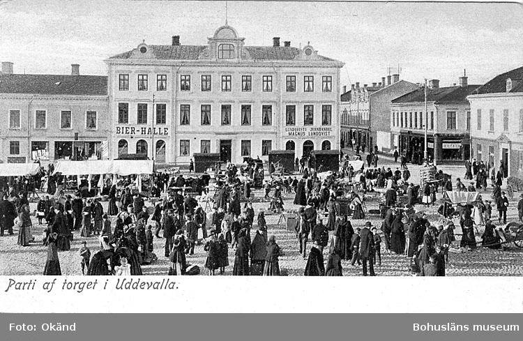 """Tryckt text på vykortets framsida: """"Parti af torget i Uddevalla""""."""