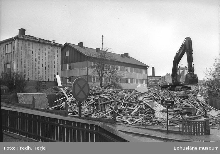 """Enligt fotografens notering: """"Barnrikehus från 1946 rivs i Lysekil. Låg i hörnet Södra Kronbergsgatan - Färgaregatan, skall ersättas med vinkelhus. Foto 1992""""."""
