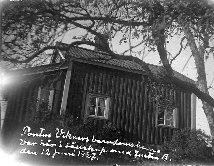 """Enligt text på fotot: """"Pontus Wikners barndomshem. Var här i sällskap med Justin B. den 12 juni 1927"""""""