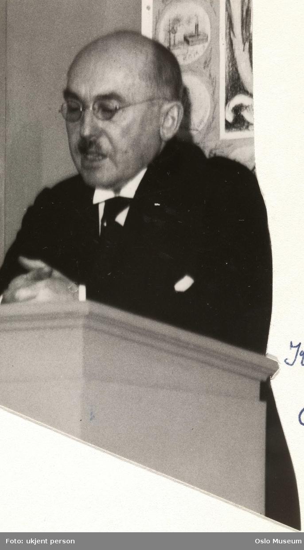 portrett, mann, boktrykker, stående halvfigur ved talerstol