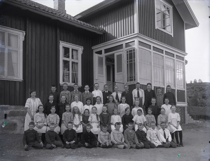 """""""1923. 235. Folkskollärarinnan Elin Thorén, Stene.""""   """"Elin Thorén. Stene skola."""""""