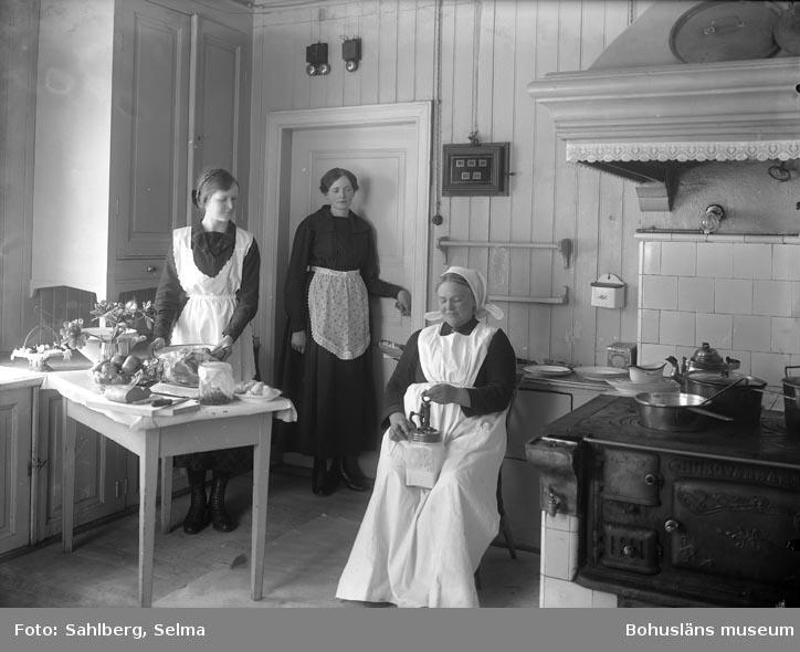 """Text som medföljde bilden: """"Fröken Ida Larsson Ma...? Fred...? Kok...? Fru J....? Ko...? Fru ......? Löfs...?.""""  Uppgifter från Munkedals HBF: """"Byggnaden kallas """"Mässen"""" och Ida Larsson var köks- chef."""""""