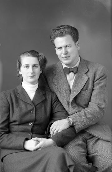 """Text som medföljde bilden: """"1951. Majken Friman o. Olle Sahlberg.""""  Uppgifter från Munkedals HBF: """"Olle Sahlberg var brorson till fotografen. Hans far var Ninus Sahlberg, setrgant vid 17, bosatt i Ljungskile. Majken Friman var vid fotograferingstillfället fästmö till Olle. Sedan gifte de sig och flyttade till Stockholmstrakten""""."""