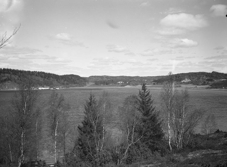 """Text som medföljde bilden: """"1935. Taget ute! Utsikt öfver Saltkällans Herrgård o. gamla Saltkällans Ångbåtsbrygga och Marknadsplatsen.""""  Uppgifter från Munkedals HBF: """"Saltkällan. Saltkällans säteri. Saltkällefjorden. Fotografen har stått på Skredsvikslandet""""."""