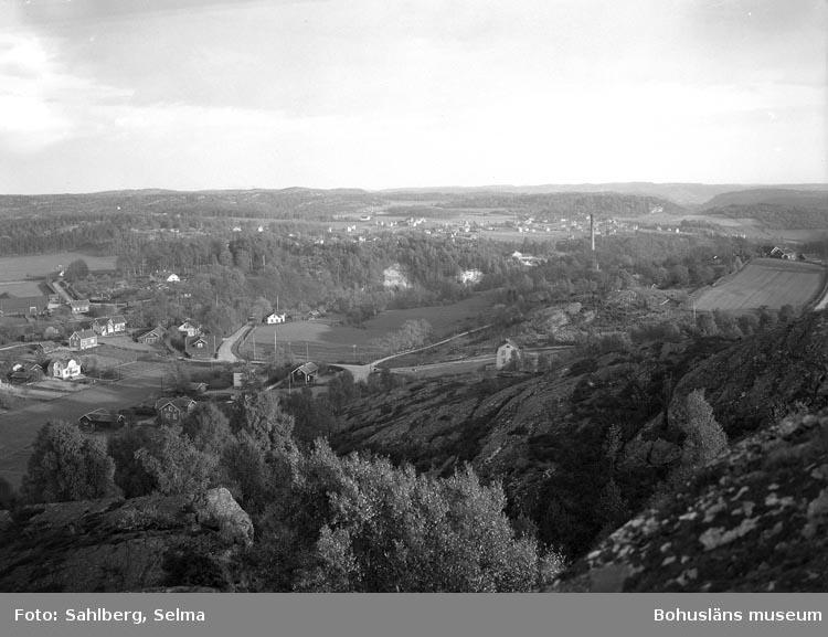"""Enligt fotografens noteringar: """"Utsikt från Gubbens näsa. Munkedals fabrik med omnejd."""""""