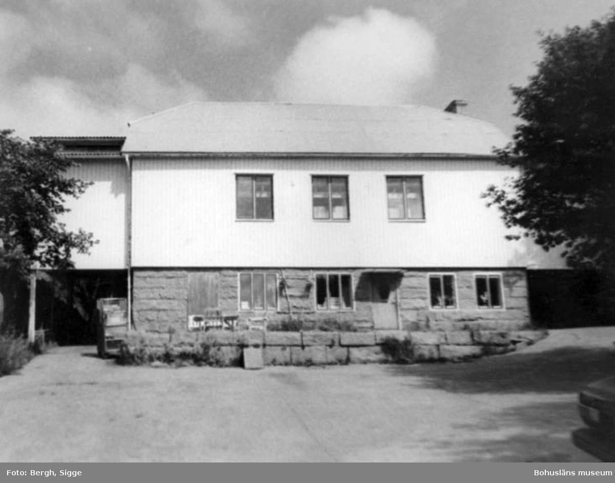 """Enligt text på fotot: """"F.d. Folkets Hus, f.d. Sion/pingstförsamling numera lager Hovenäset 1989""""."""