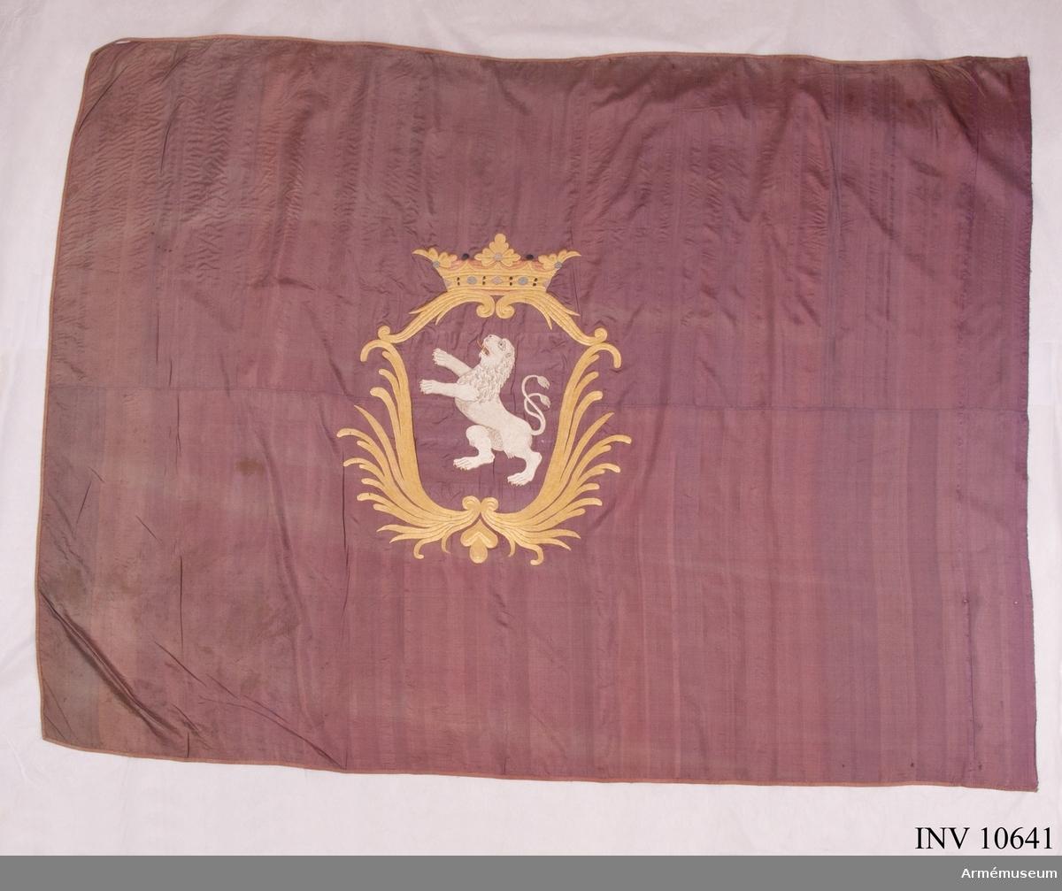 Grupp B. Duken apterad på lans blå med broderad sköld med Hallands  vapen. Fanduk intill 1902 Halland Inf bat. 1907 inkom som gåva.