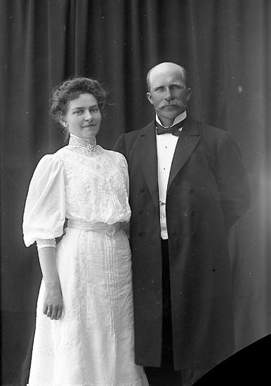 "Enligt fotografens journal nr 1 1904-1908: ""Almegren, Karin Onsala""."
