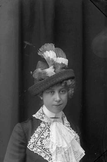 """Enligt fotografens journal Lyckorna 1909-1918: """"Gillblad, Fr. Lyckorna""""."""