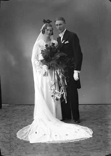 """Enligt fotografens journal nr 6 1930-1943: """"Källö, Brudparet (Josefsson) Västergård""""."""