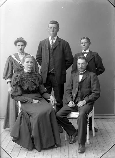 """Enligt fotografens journal nr 1 1904-1908: """"Helgesson, Karl Röra, Ödsmål""""."""