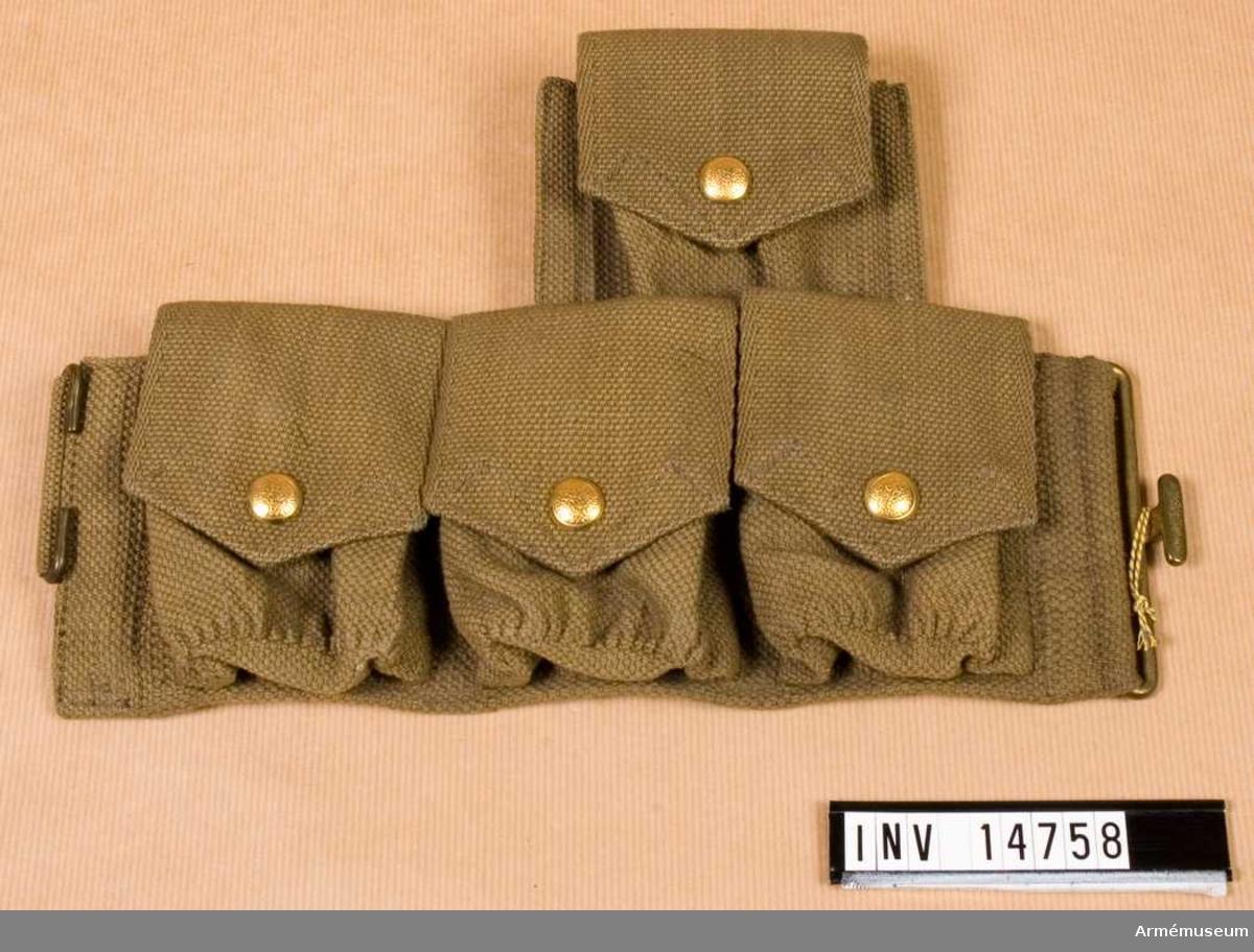 """Grupp C II. Fyra patronväskor av khakifärgat tjockt bomullstyg (på engelska wibbing) och alla metalldelar (spännen, ringar och knappar) är av mässing. Patronväskorna stänges med knappar. De är grupperade i två rader: i den övre en och i den nedre tre väskor. Båda raderna är sammansydda och bäres på högra sidan av livremmen.  Patronväskorna i övre raden har två mellanväggar, medan de i nedre raden har en och med fyra """"fickor"""". På lockens baksida (väskan i övre raden) finns en stämpel:  """"M.E.Co. 1913"""". På baksidorna av patronväskorna i nedre raden  finns en smal hylsa för livremmen. På baksidan av väskan i övre raden finns en fastsydd ring och spännen för hängslena."""