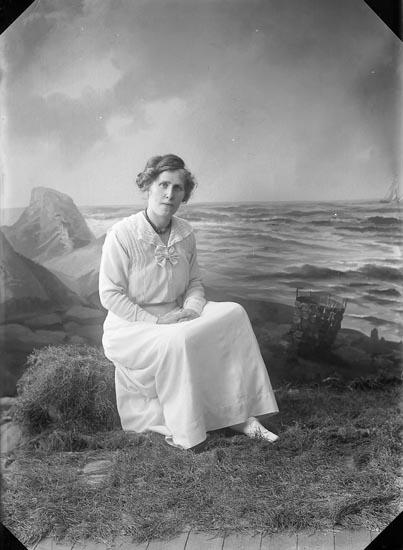 """Enligt fotografens journal nr 2 1909-1915: """"Palmgren, Fr Ebon, adr. konsul Kindal""""."""